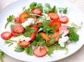 Lehký zdravý letní salát s jahodami a estragonem