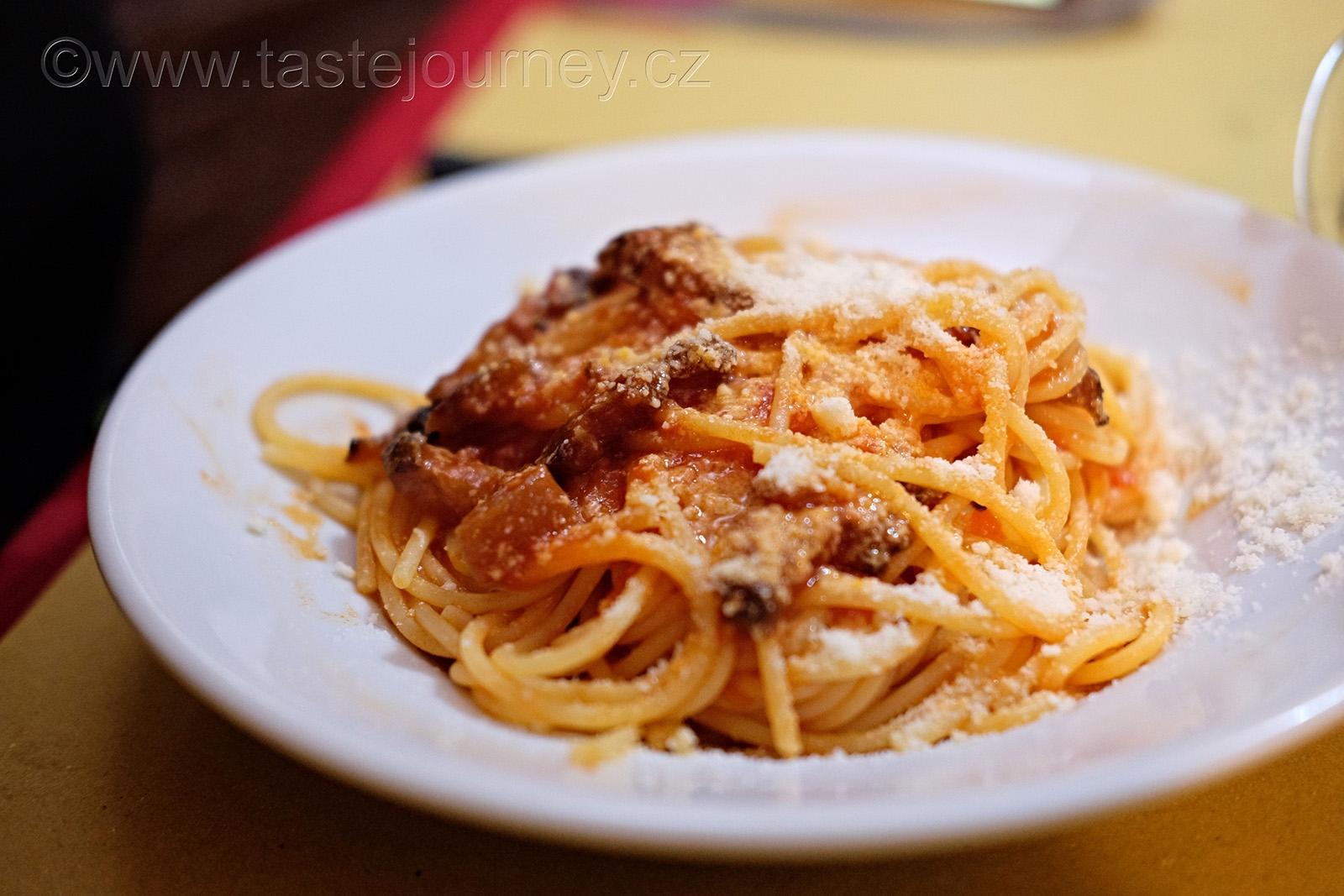 Nezbytnou surovinou k přípravě amatriciana je slanina, rajčata a sýr pecorino