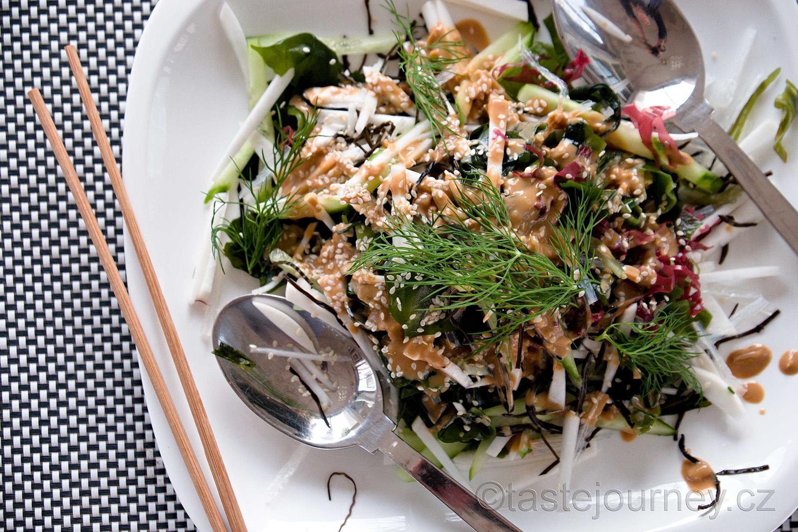 Dresing na salát z mořských řas obsahuje sezamovou pastu, sojovou omáčku a rýžový ocet