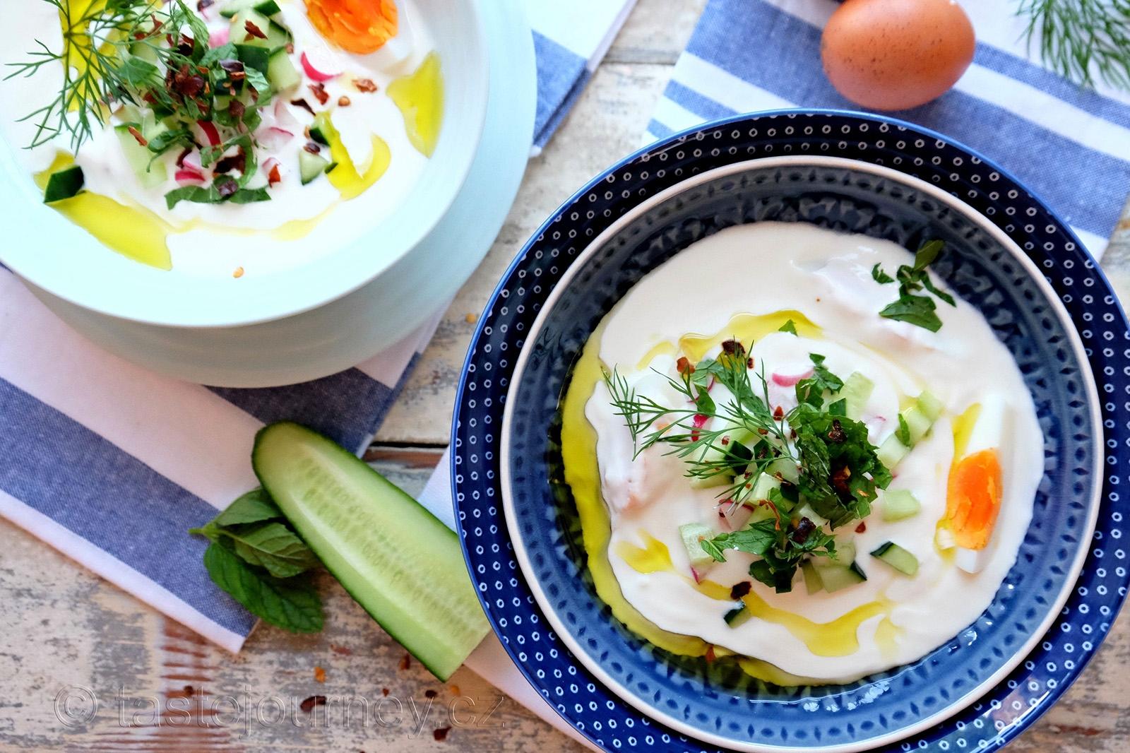Chladivá a osvěžující je polévka z řeckého jogurtu