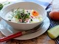 Čisté, chladivé jídlo z jogurtu pro horké léto