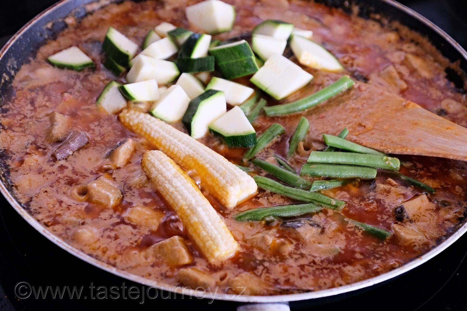 Cuketu, kukuřičky a fazolky  vaříme jen 5 minut, aby zůstaly křupavé