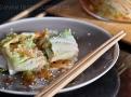 Kimči se servíruje nakrájené se sezamovými semínky