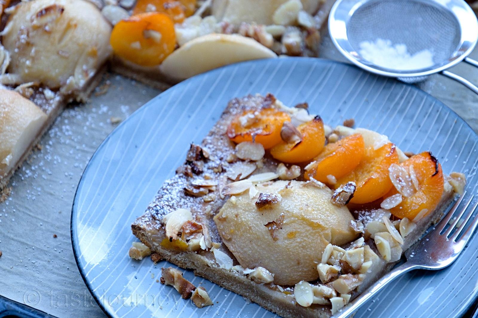 Koláč s hruškami a meruňkami doplní ořechy a mandle