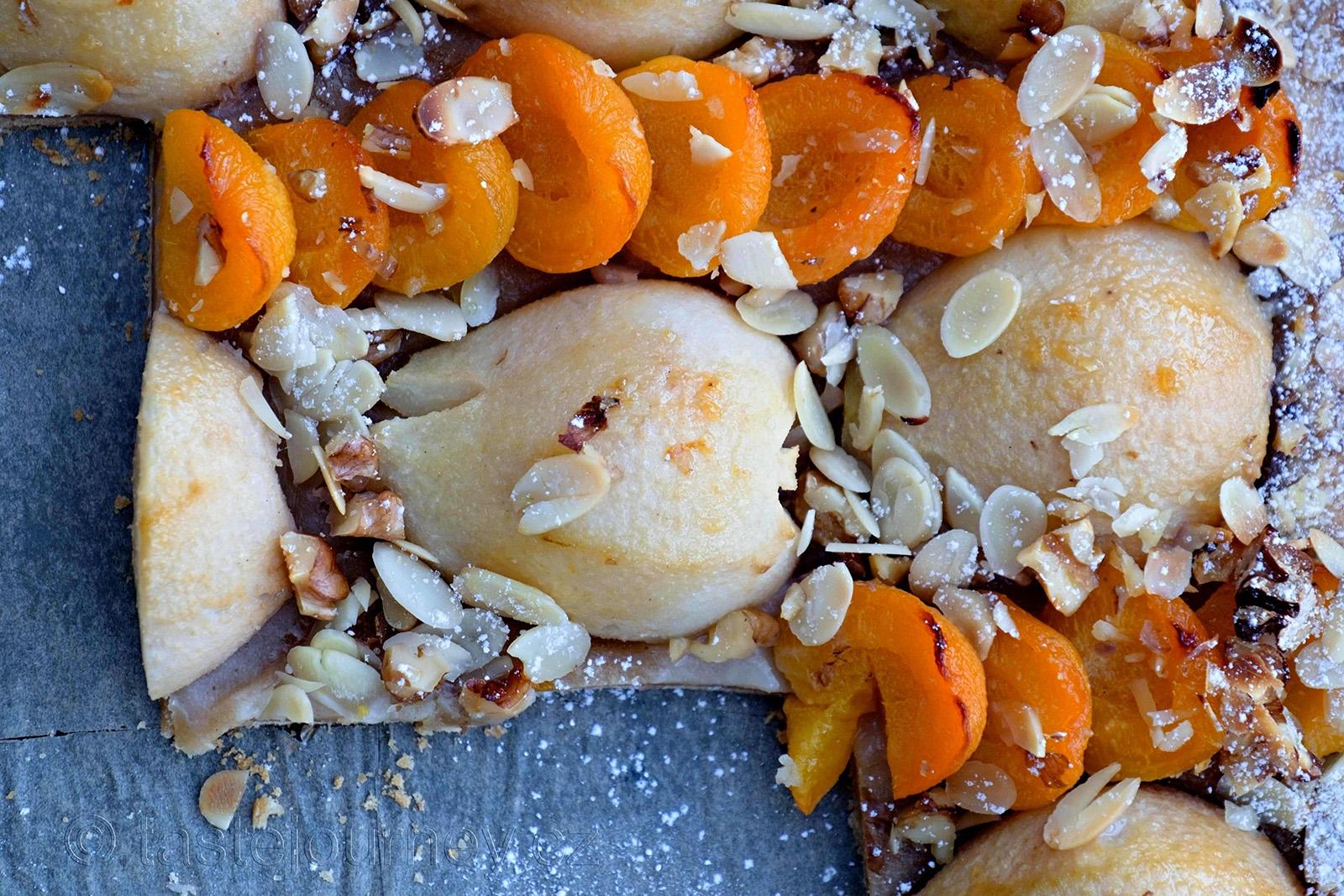 Meruňky a hrušky v průsečíku s mandlemi a ořechy