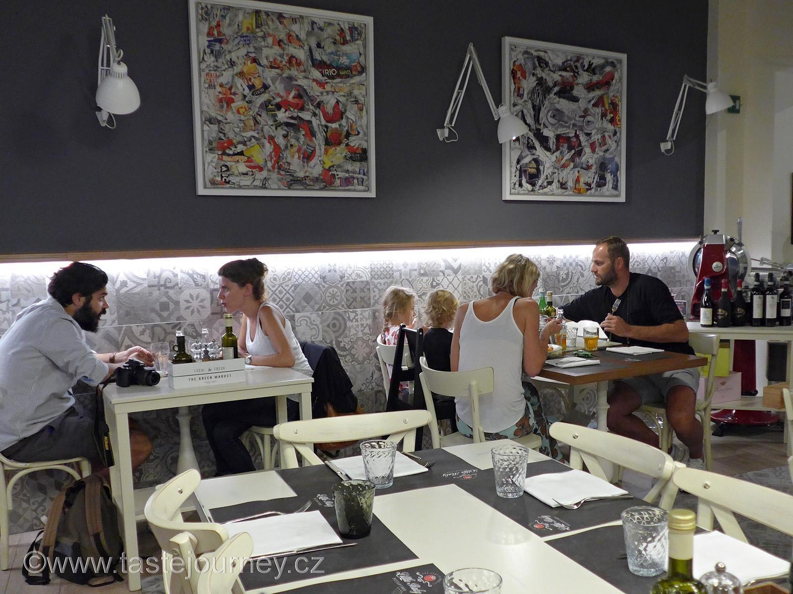 Typická pizzerie, ovšem i plná umění a pohody