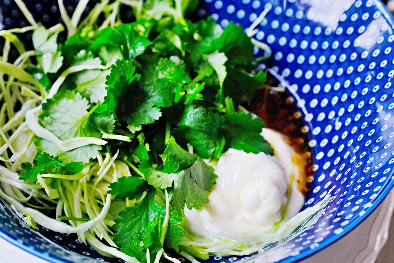 Koriandrový coleslaw ze špičatého zelí s chilli majonézou