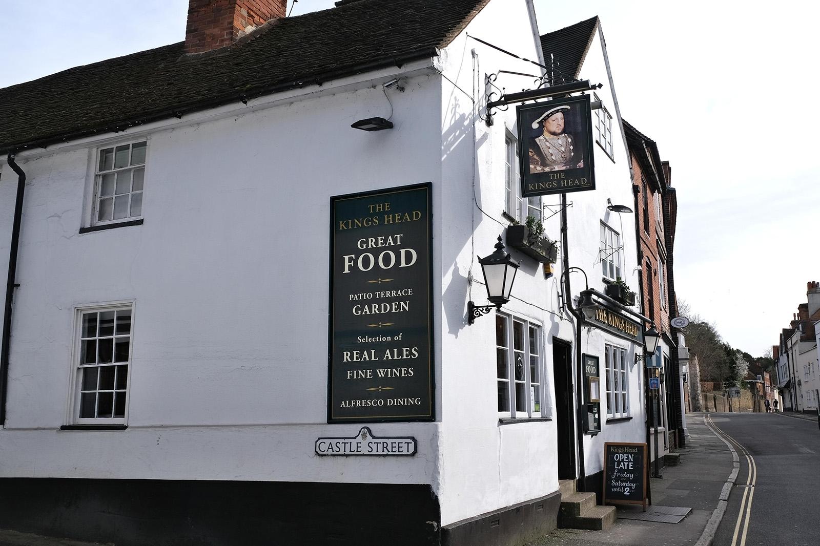 The Kings Head patří k nejstarším pubům v Guildfordu. Vývěsní štít ukazuje krále Jindřicha VIII.