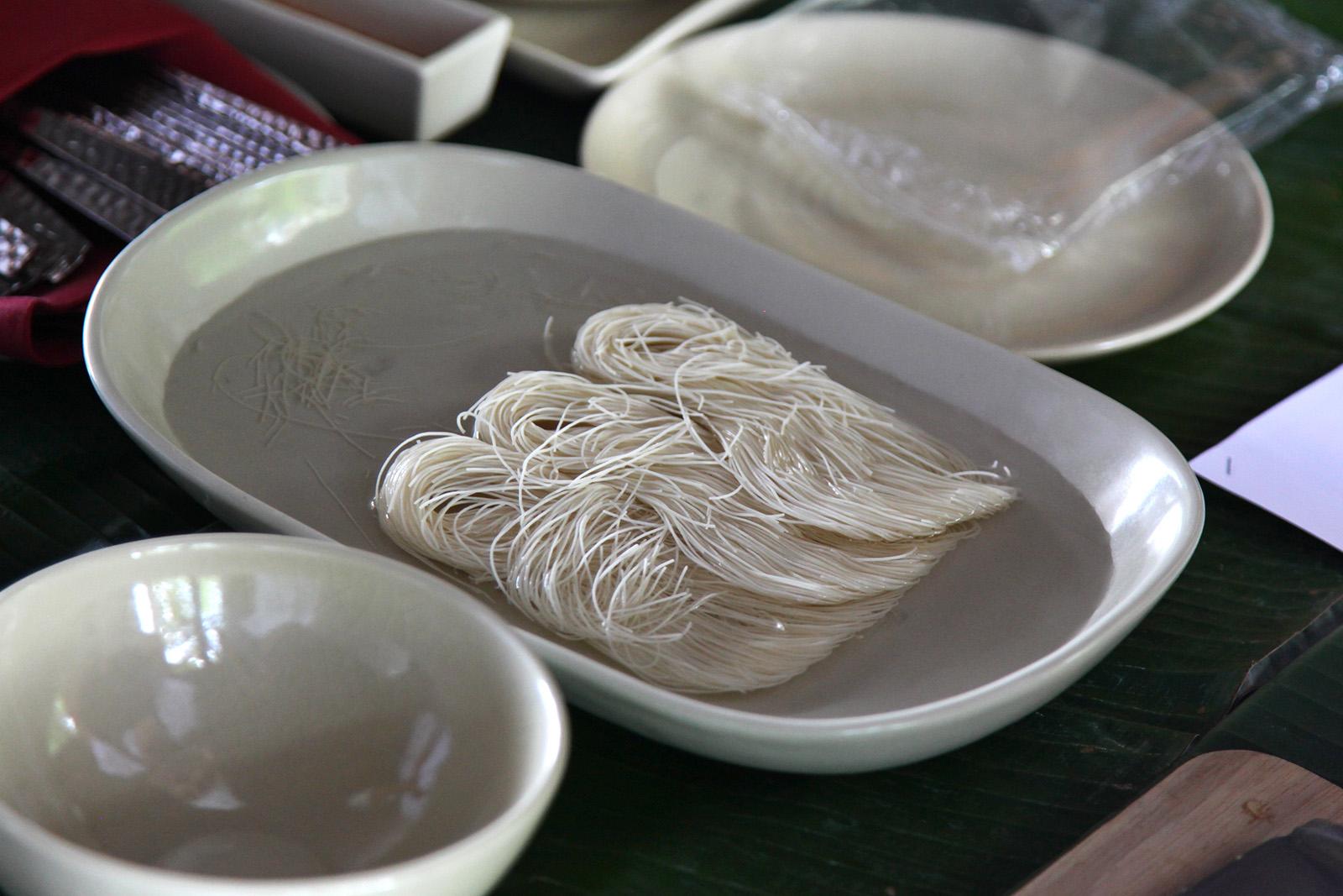 Rýžové nudle namočíme na 10 sekund na každé straně do vody
