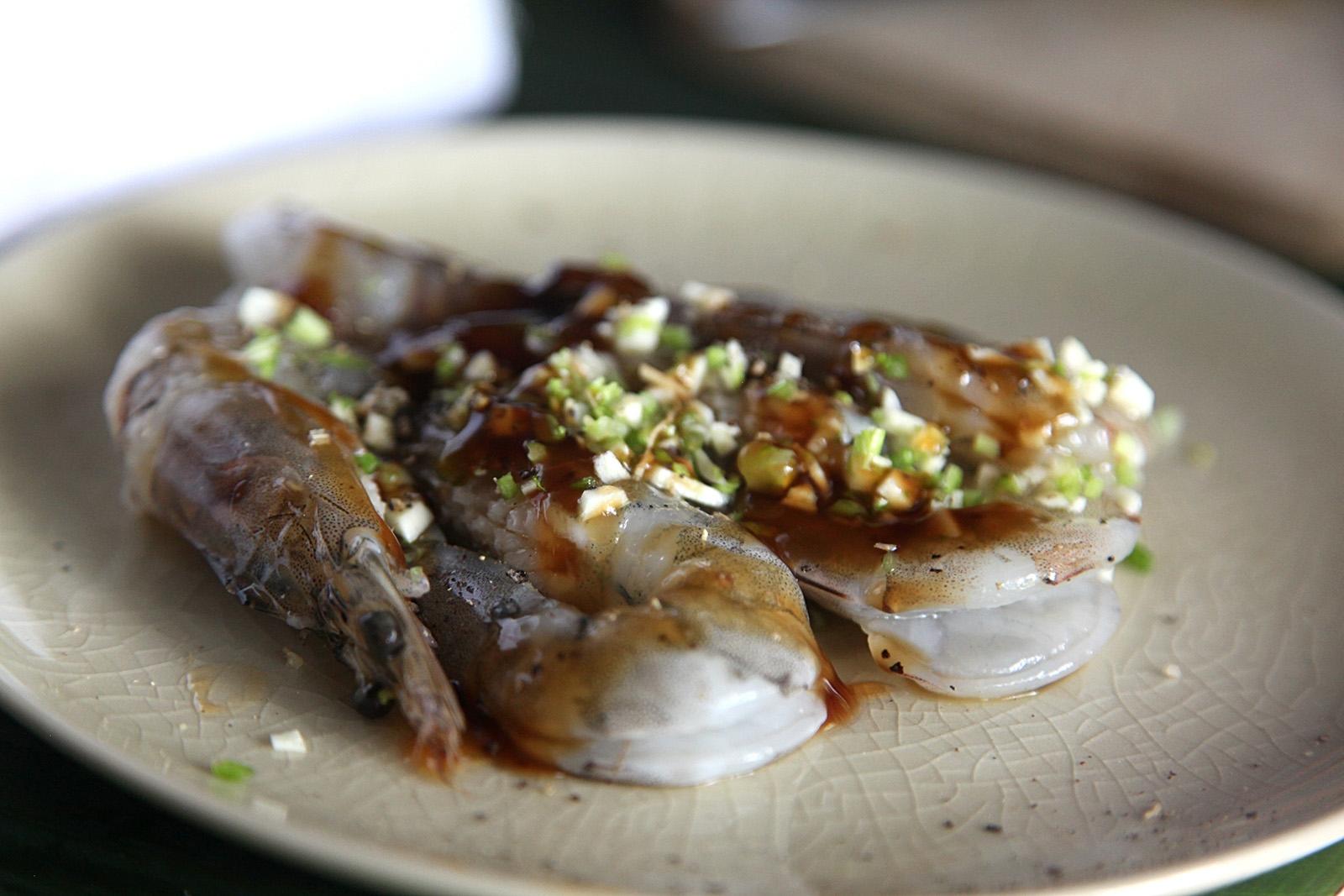 Krevety oloupeme a potřeme marinádou z ústřicové omáč