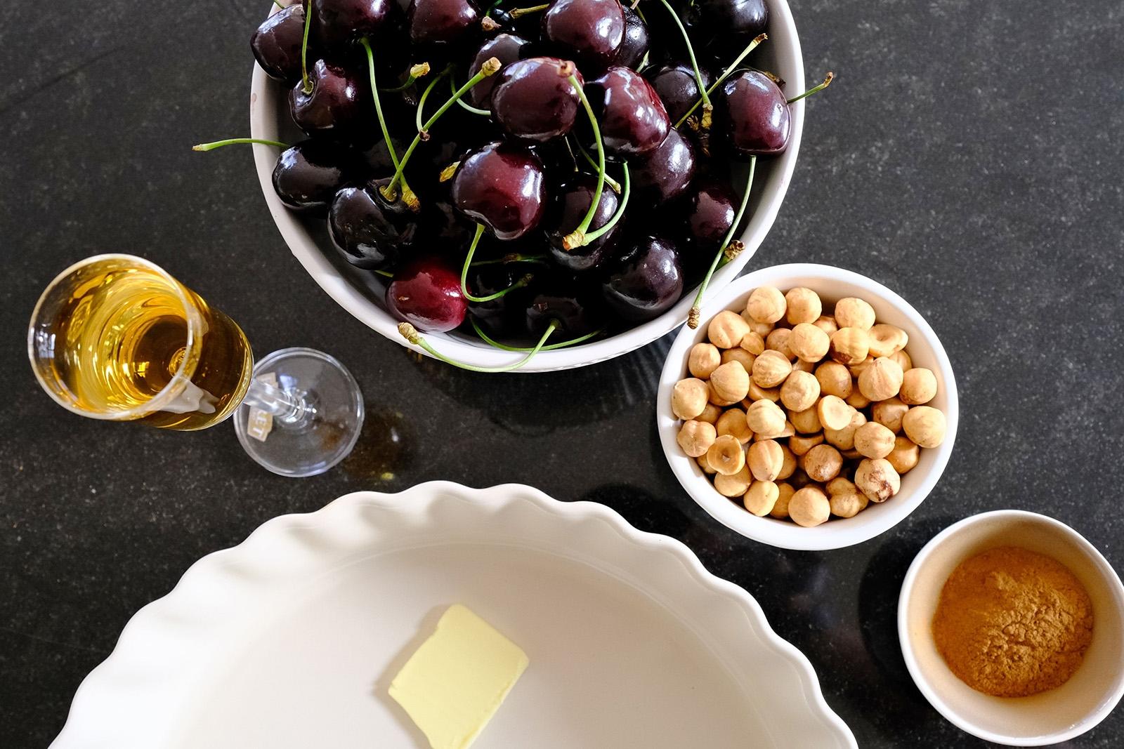 Vše potřebné pro ořechový koláč s třešněmi