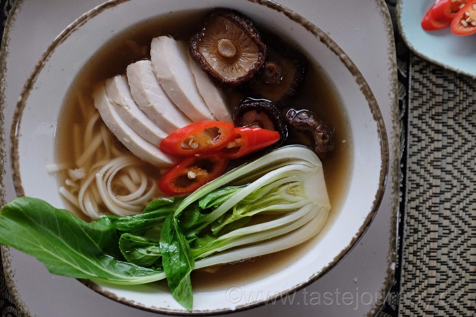 Do polévky patří kuřecí prsa, pak choi, nudle a houby shiitaké