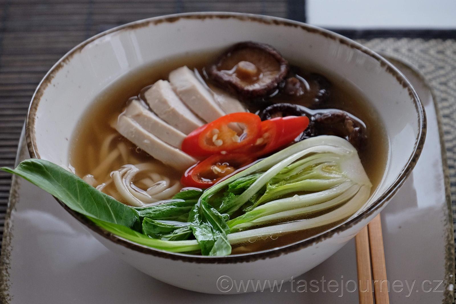 Silný a aromatický je kuřecí vývar s asijským dotekem