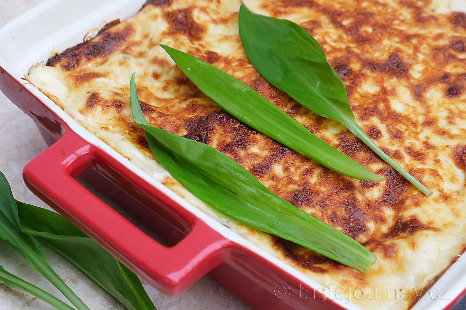 Zapečené lasagne s medvědím česnekem a chřestem