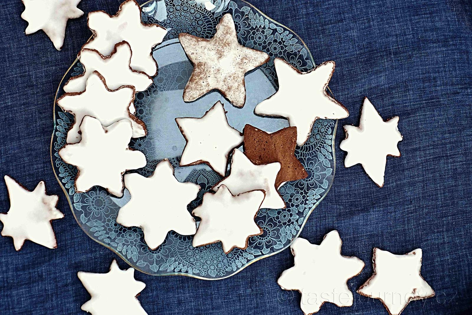 Vykrajujte různé tvary hvězd, patří totiž k Vánocům