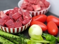 Soudkovitá rajčata, cibule a paprika dodají guláši chuť i hustotu