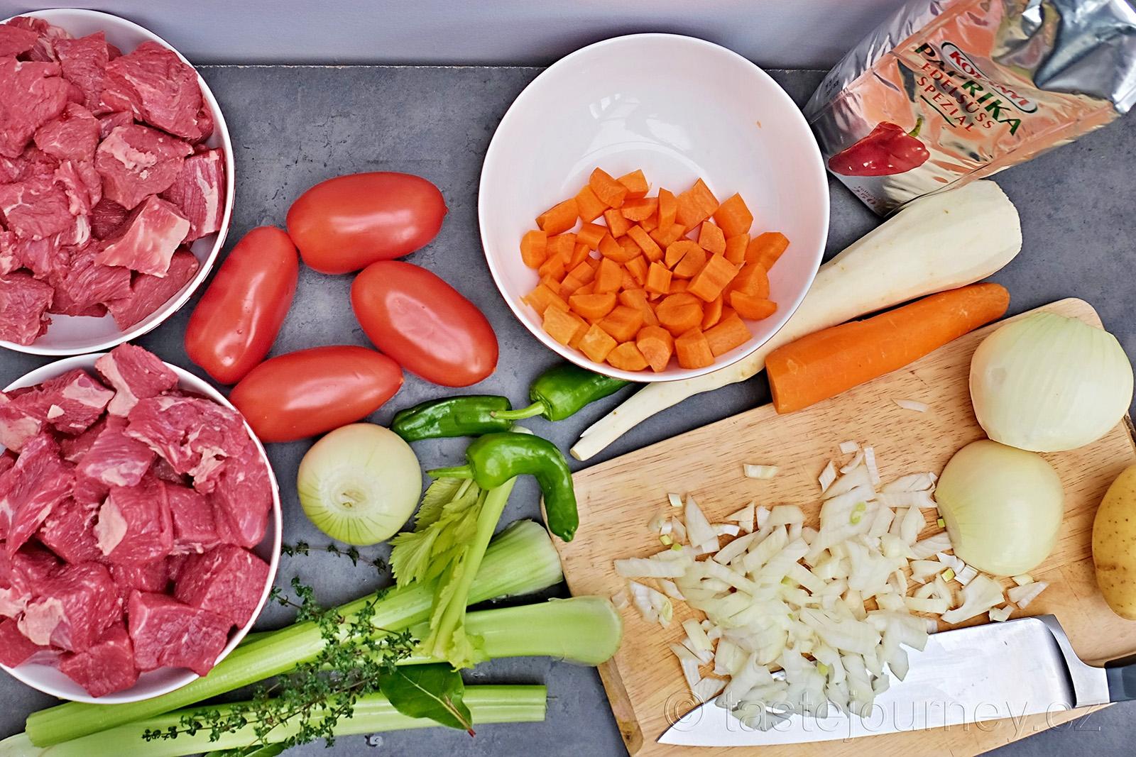 Zelenina a maďarská sladká paprika patří do guláše