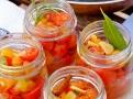 Bylinky a koření hrají prim při marinování rajčátek
