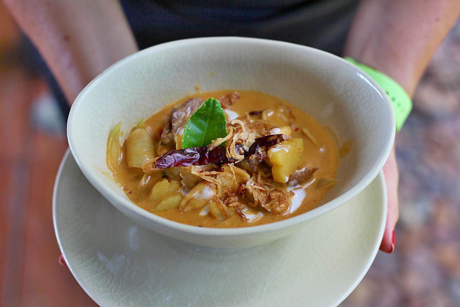 Massaman kari zdobíme osmaženou chilli papričkou, limetovým listem a pečenou cibulkou