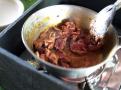 Na massaman kari se převážně používá hovězí maso