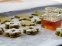 Cukroví slepujeme marmeládou z pomerančů  do okýnek