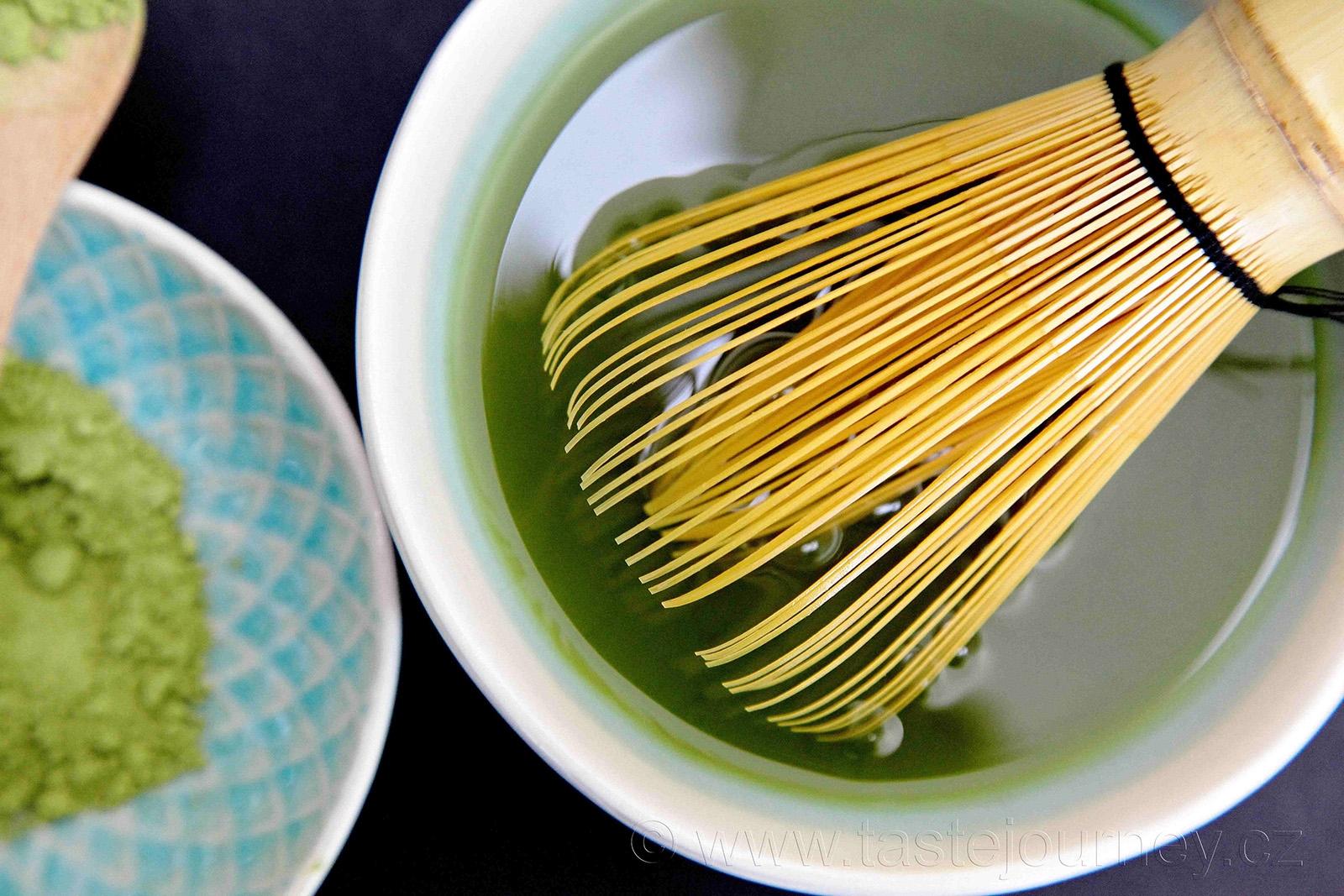 Správná příprava čaje matcha je šleháním bambusovým chasen