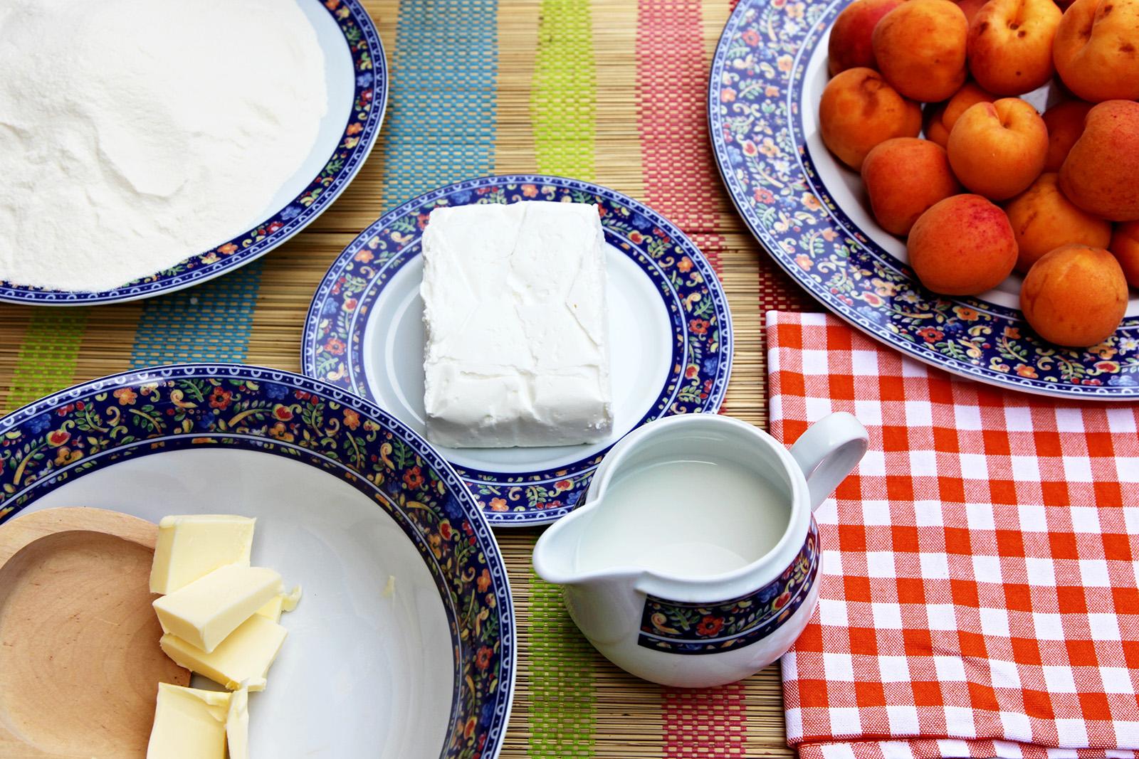 Tvarohové těsto se krásně zpracovává meruňky jdou snadno zabalit