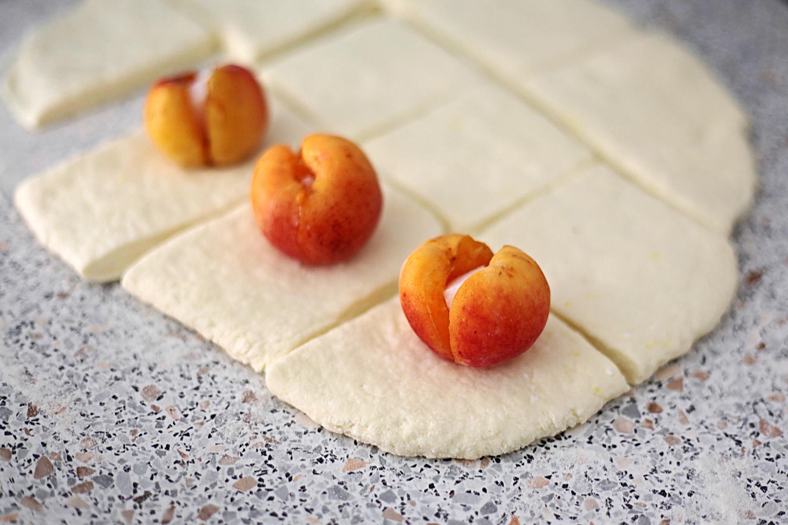 Tvarohové meruňkové knedlíky patří k létu
