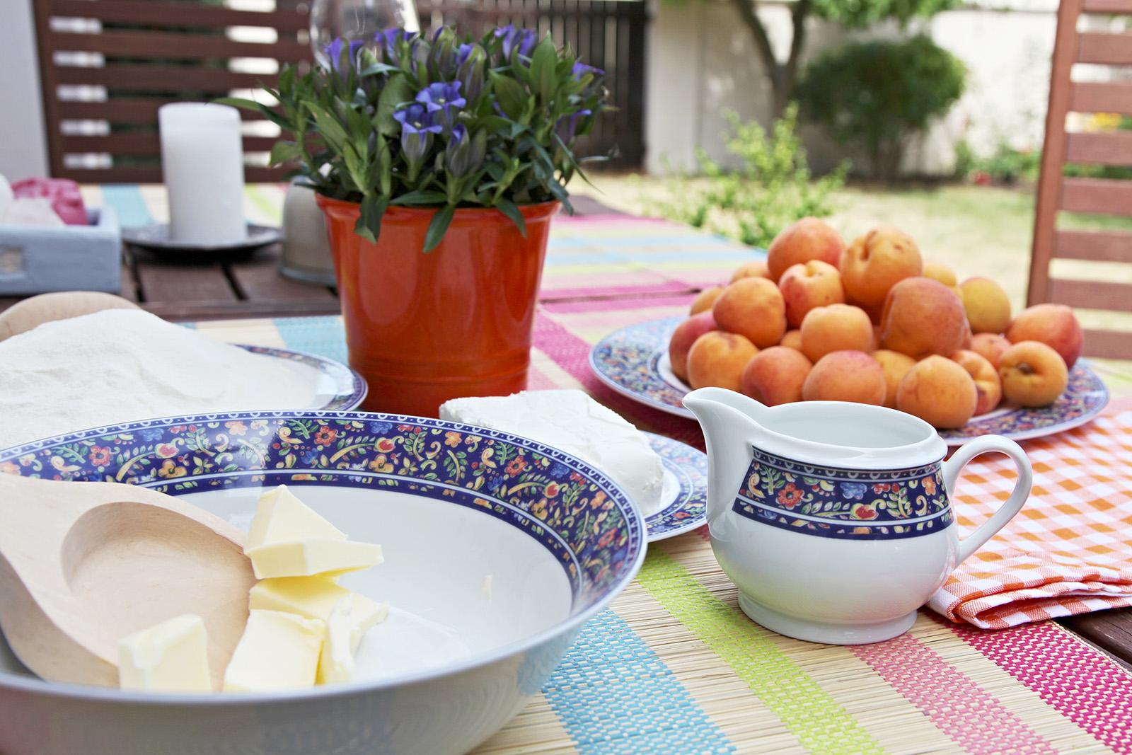 Meruňkové knedlíky sypeme strouhaným tvarohem cukrem a rozpuštěným máslem