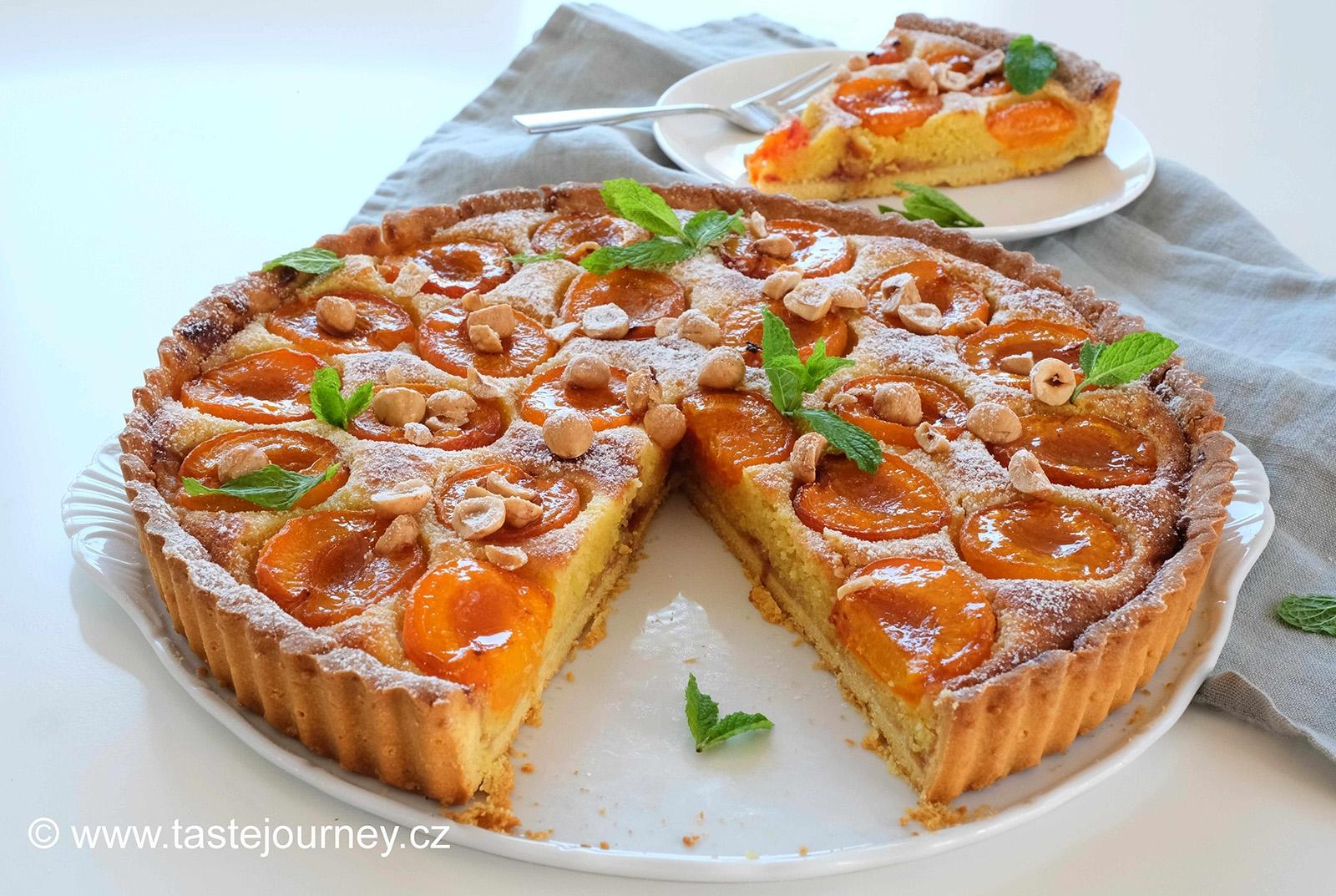 Těsto na  koláč je křehké a mandlovou náplní