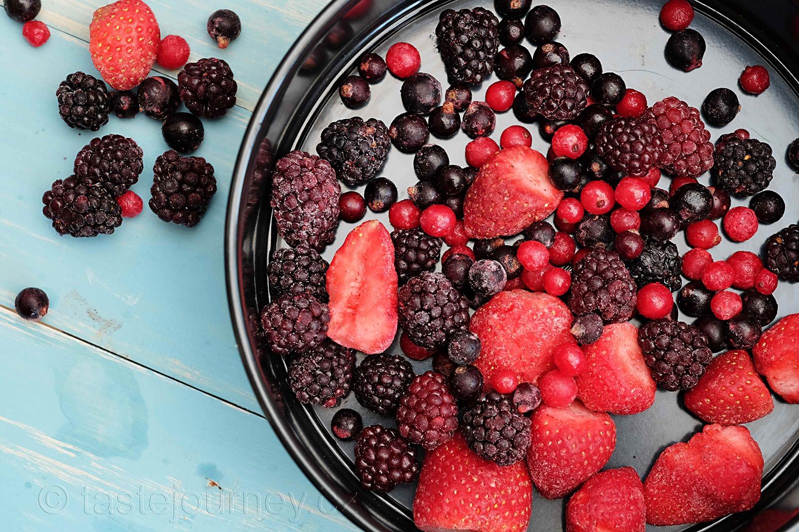 Na dno formy dejte mražené ovoce