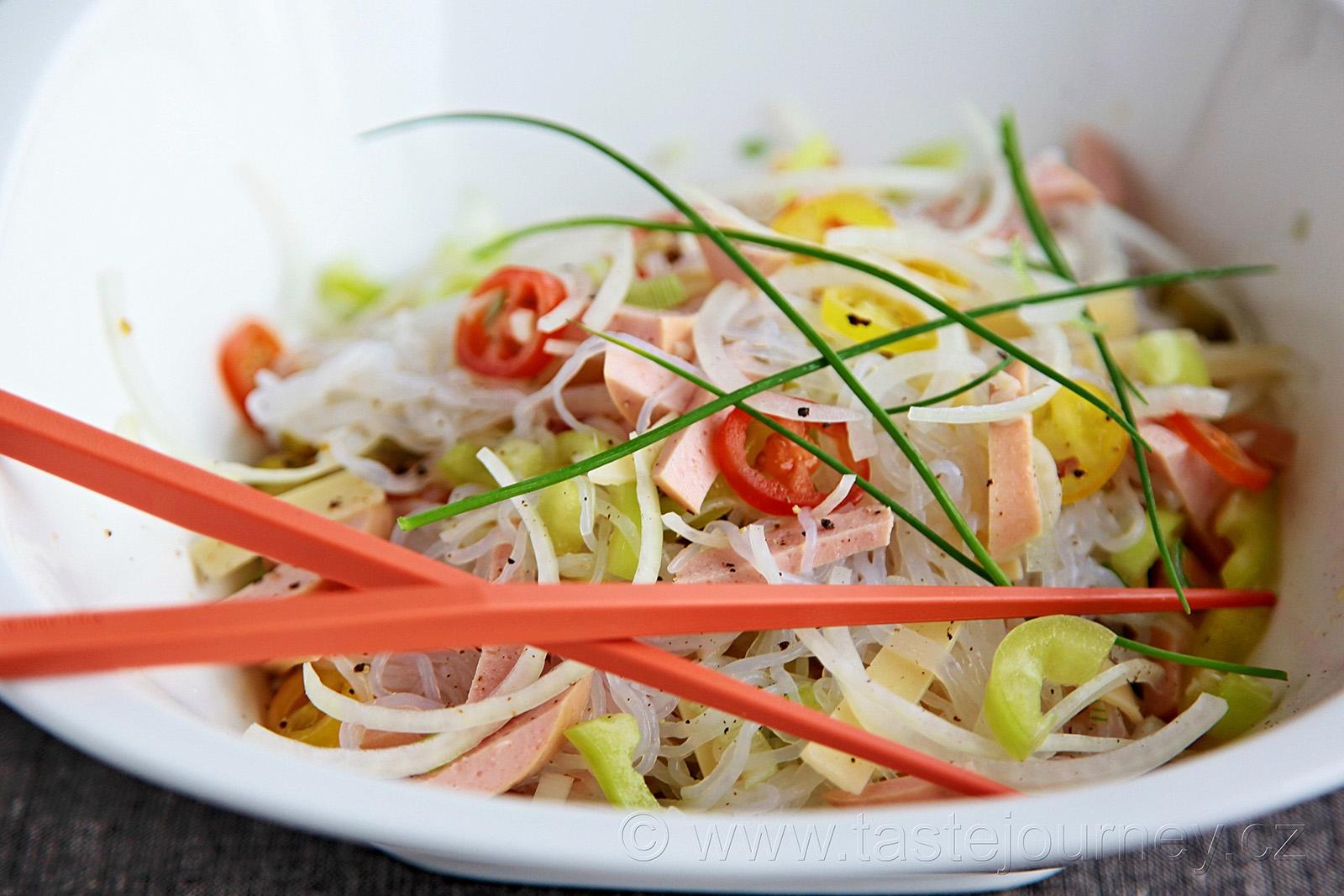 Buřt salát se zdravou vlákninou - konjac nudlemi