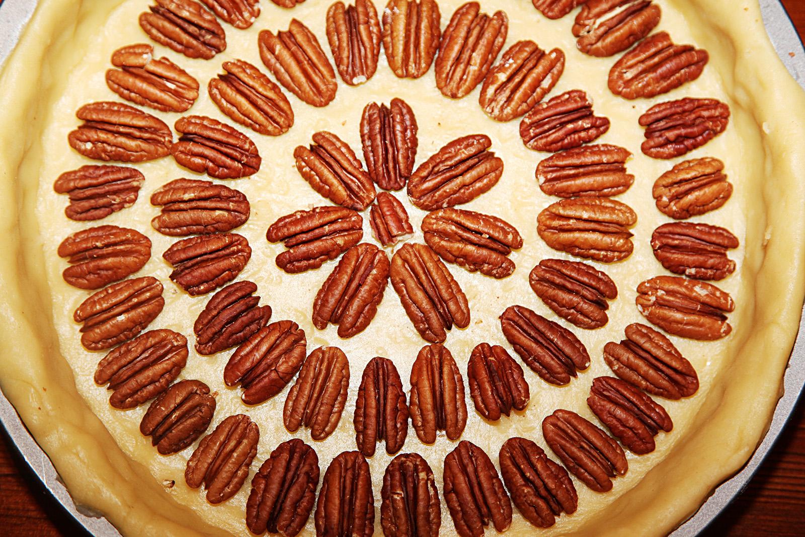 Na křehké těsto rozprostřete pekanové ořechy