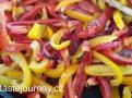 Papriky krátce podusíme a pak už je dochucujeme rajčatovou omáčkou a olivami