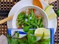 Nezbytný tácek s čerstvými bylinkami pro polévku pho