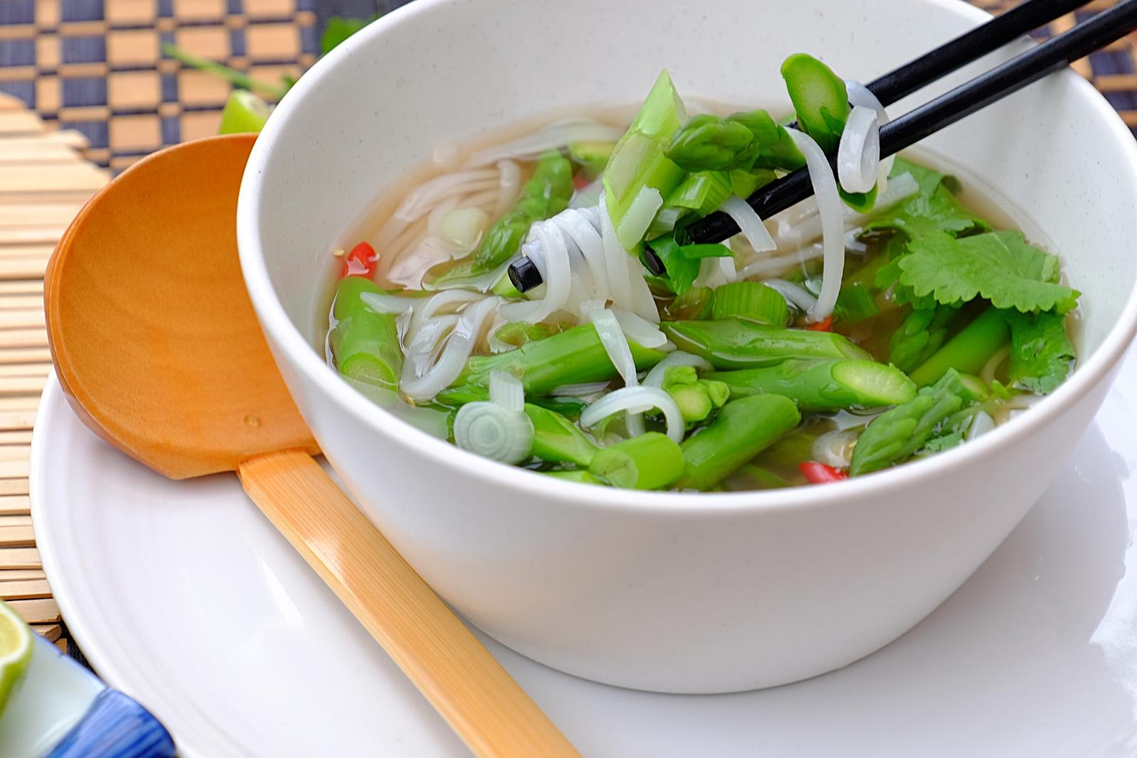 Dietní letní polévka pho se zeleným chřestem a cibulkami