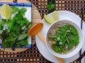 Zeleninová polévka pho s chřestem a salátovou cibulkou