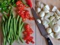 Kulaté šalotky, chilli papričky a fazolky - základní suroviny pro piccalilli