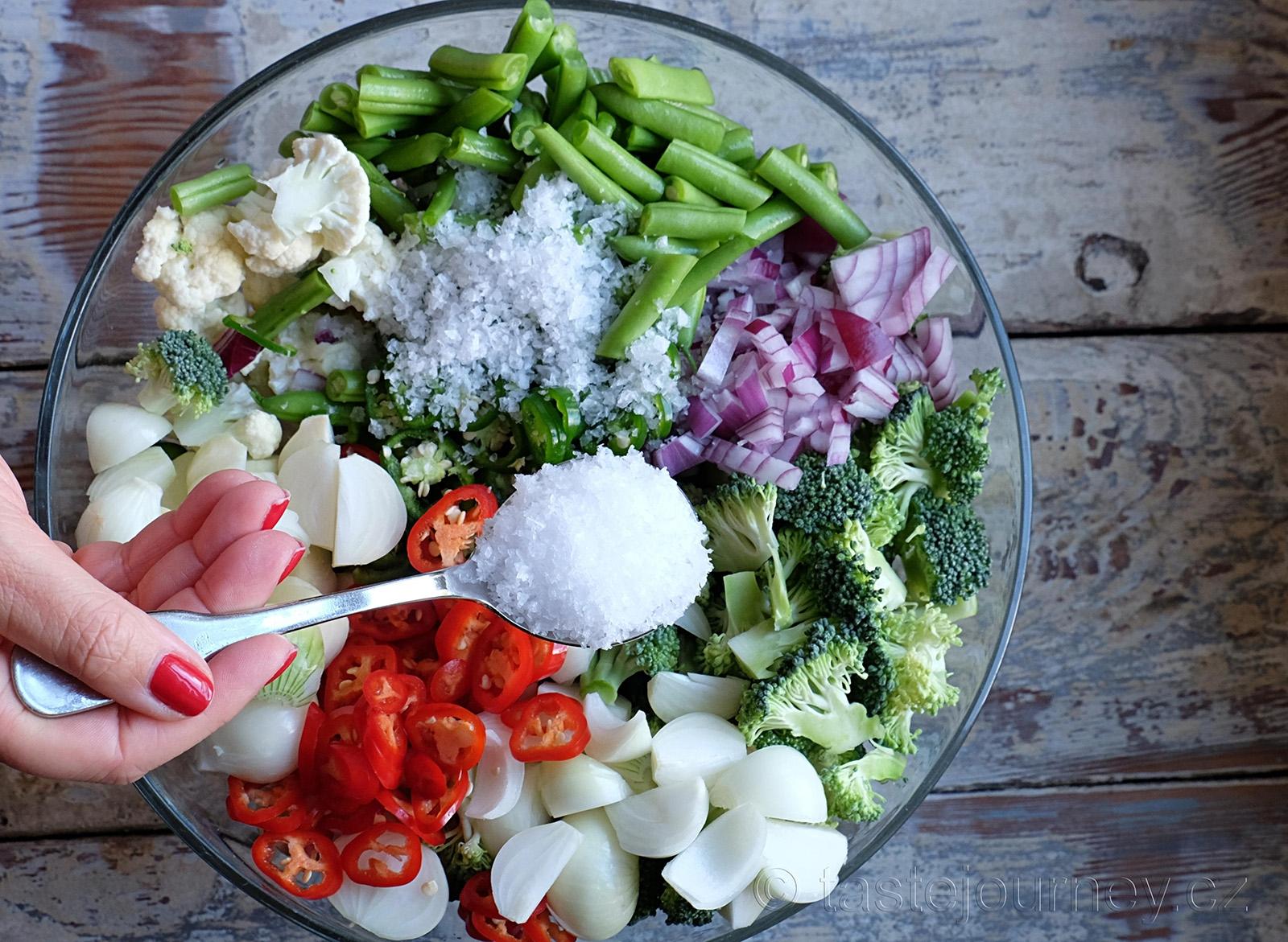 Zeleninu nakládáme do solného nálevu a necháme odpočívat