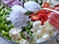 Mísa plná barevné zeleniny pro piccalilli