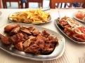 Piri-piri kuře s hranolky a rajčatovým salátem v Ramires