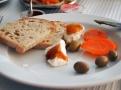 Sýr s melounovou marmeládou, naložená mrkev a olivy