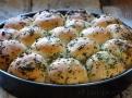Kuličky jsou plněné mozzarellou a potřené  česnekem a bylinkami