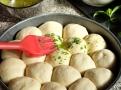 Vykynuté kuličky před pečením pomazejte mochuceným máslem