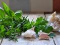 Čerstvé bylinky a česnek dodají voňavé chuti
