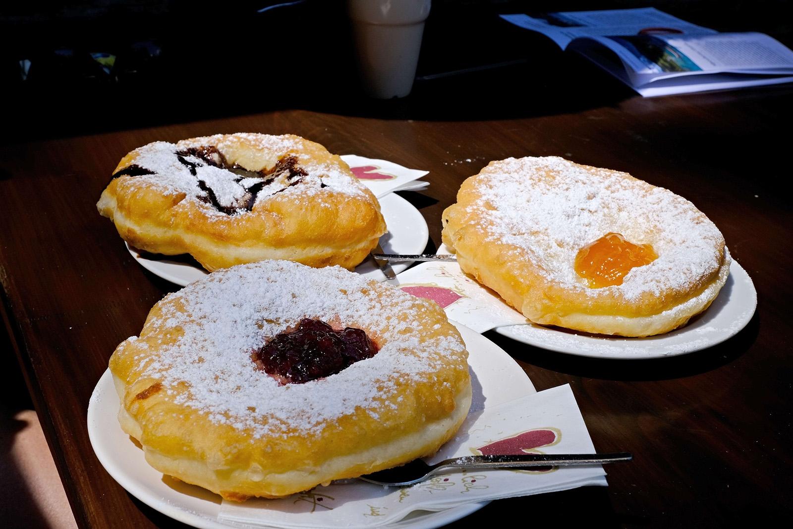 Placaté koblihy tzv. Krapfen na sladko podle s brusinkovým a meruňkovým džemem podle  rodinné receptury