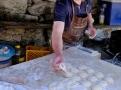 Michael Salzman připravuje každý den sladké koblihy z kynutého těsta i na slano kapsy ze žitného těsta