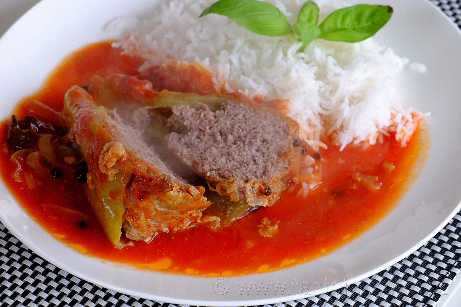 Horké maso plněných paprik v kombinaci s rajskou omáčkou.