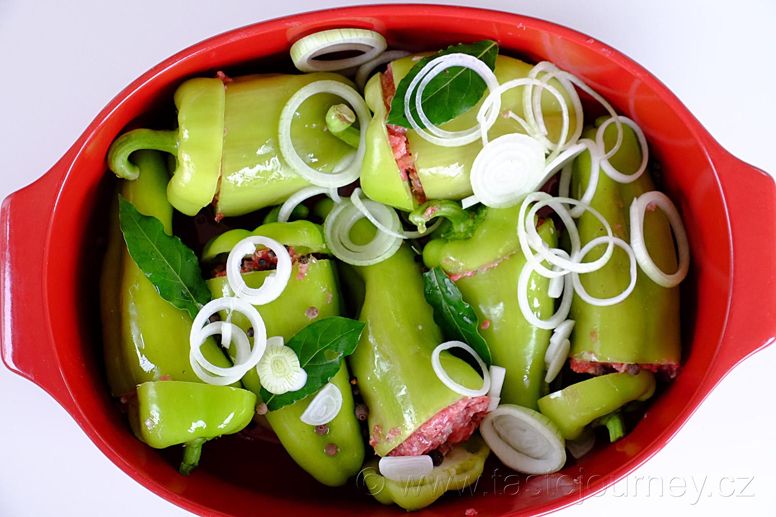 Cibule, bobkový list, nové koření a pepř dodají tu správnou chuť paprice i omáčce.