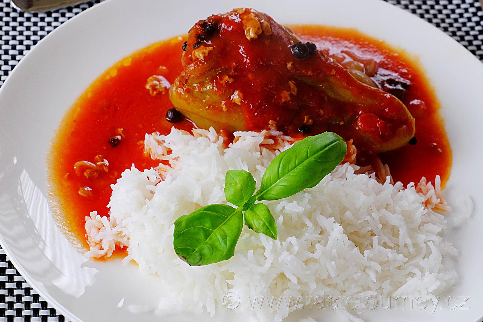 Plněná paprika s rajskou omáčkou je již českou klasikou.